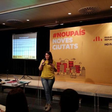 Laia Girós presentant les propostes a l'acte d'educació