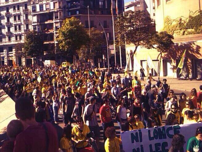 Imatge d'un moment de la manifestació amb el mòbil.