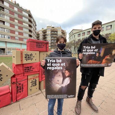 Carla Güell i Nil Vinardell amb el material promocional de la campanya