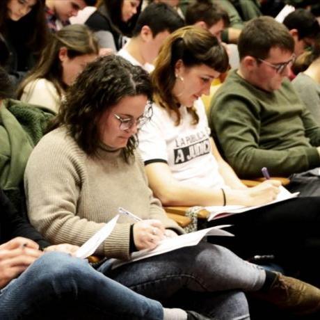 Militància del Jovent Republicà fent l'examen d'espanyolitat com a senyal de protesta i solidaritat cap a les persones migrades
