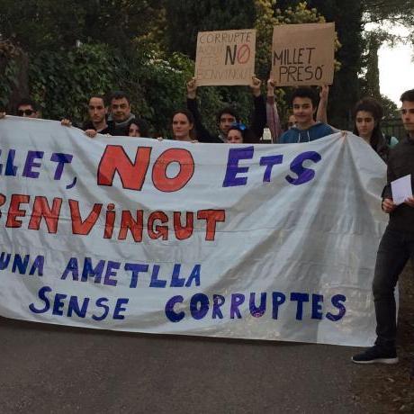 Militància de les JERC i ciutadans de L'Ametlla davant el domicili de Millet