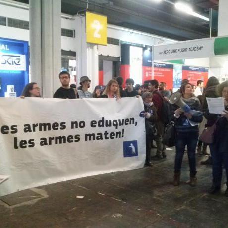 Pancarta de la Campanya Desmilitaritzem l'Educació