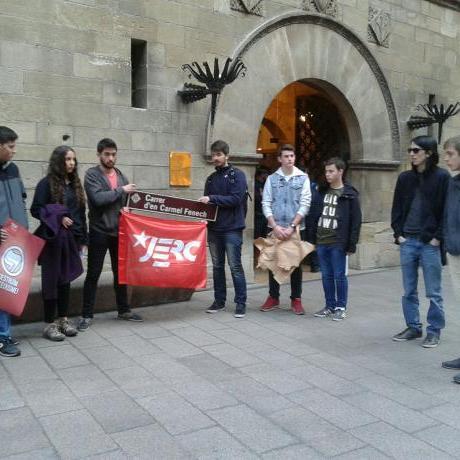 Militants de les JERC davant de la Paeria.