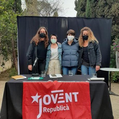 Fotografia de les ponents de la taula rodona, al pati de Can Alcover. D'esquerra a dreta: Lida Quetgles, Carme Gomila, Marta Rosique i Aina Vidal.