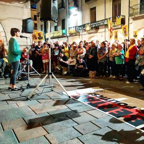 La diputada Marta Rosique parla davant una plaça del Vi plena a vessar