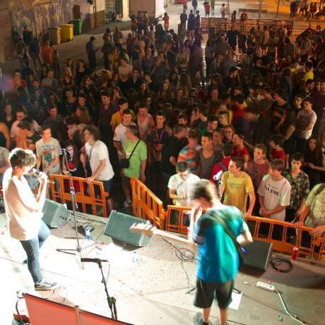 Els grups del SonaBaix van aconseguir omplir la plaça del Casal de Joves de Sant Feliu.
