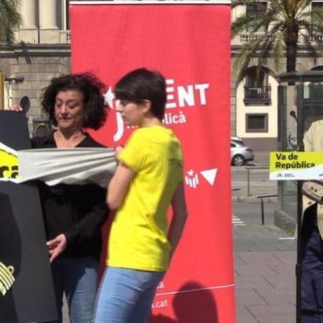 La candidata del Jovent Republicà, Marta Rosique, ha arrencat la fotografia del Rei, el cap de l'exèrcit que oprimeix els Països Catalans