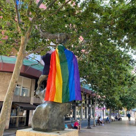 L'Acollidora es lleva amb la bandera LGTBI+ al coll