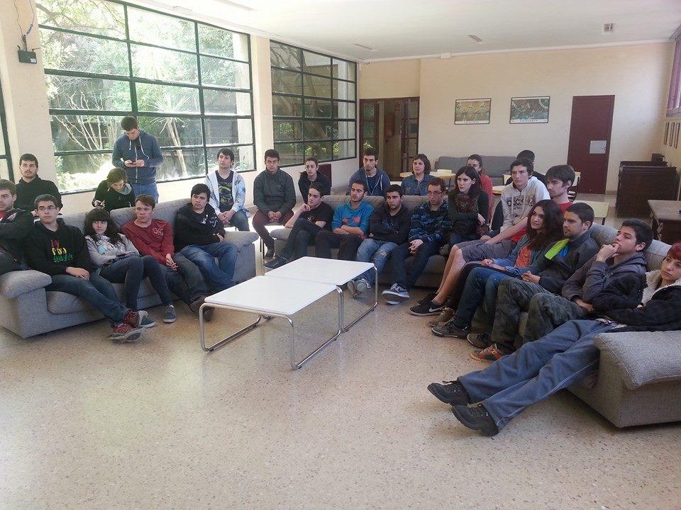 Una estona de l'Escola, durant la xerrada sobre jovent i política municipal