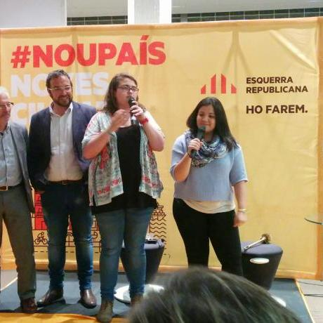 Glòria Llobet i Marta Fuentes presentant el Premi Xaix