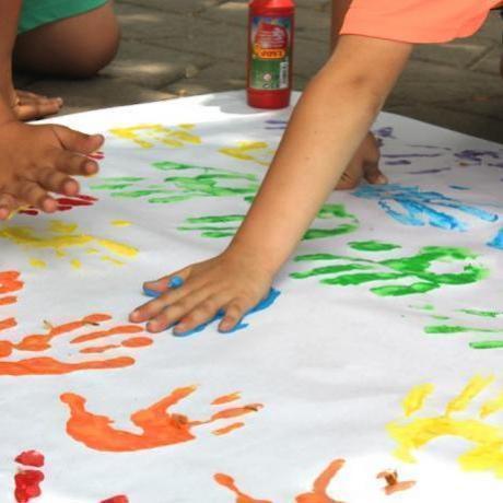 Nens i nenes de Sant Boi van fer possible l'elaboració de la bandera de l'orgull gai