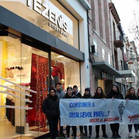 Militants davant la botiga de Tezenis.