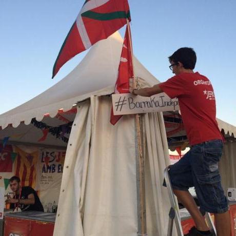 Banderes onejant a la BarrakaIndepe