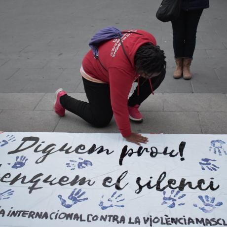 Una noia deixa la seva emprempta lila a la pancarta.