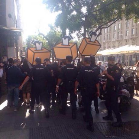 La Policia Nacional bloquejant la reinvindicació de la consulta