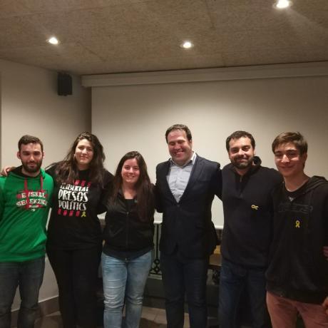 El Jovent Republicà de Girona amb els senadors Jon Iñarritu i Quim Ayats