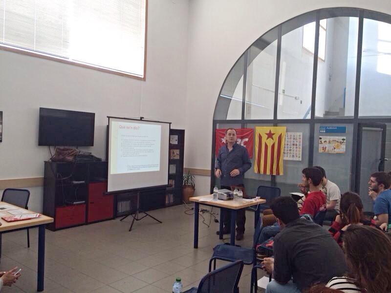 Isidre García davant la militància de les JERC durant la xerrada sobre la FP