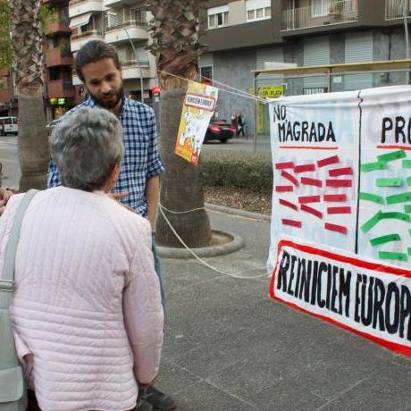 El portaveu nacional Gerard Gómez debatent amb una veïna de Castelldefels