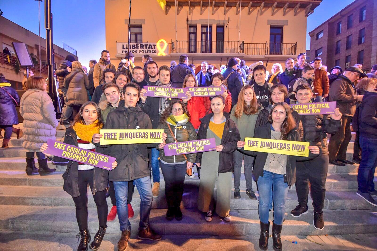 Membres de les JERC d'arreu del territori amb els missatges de la campanya #FreeJunqueras.