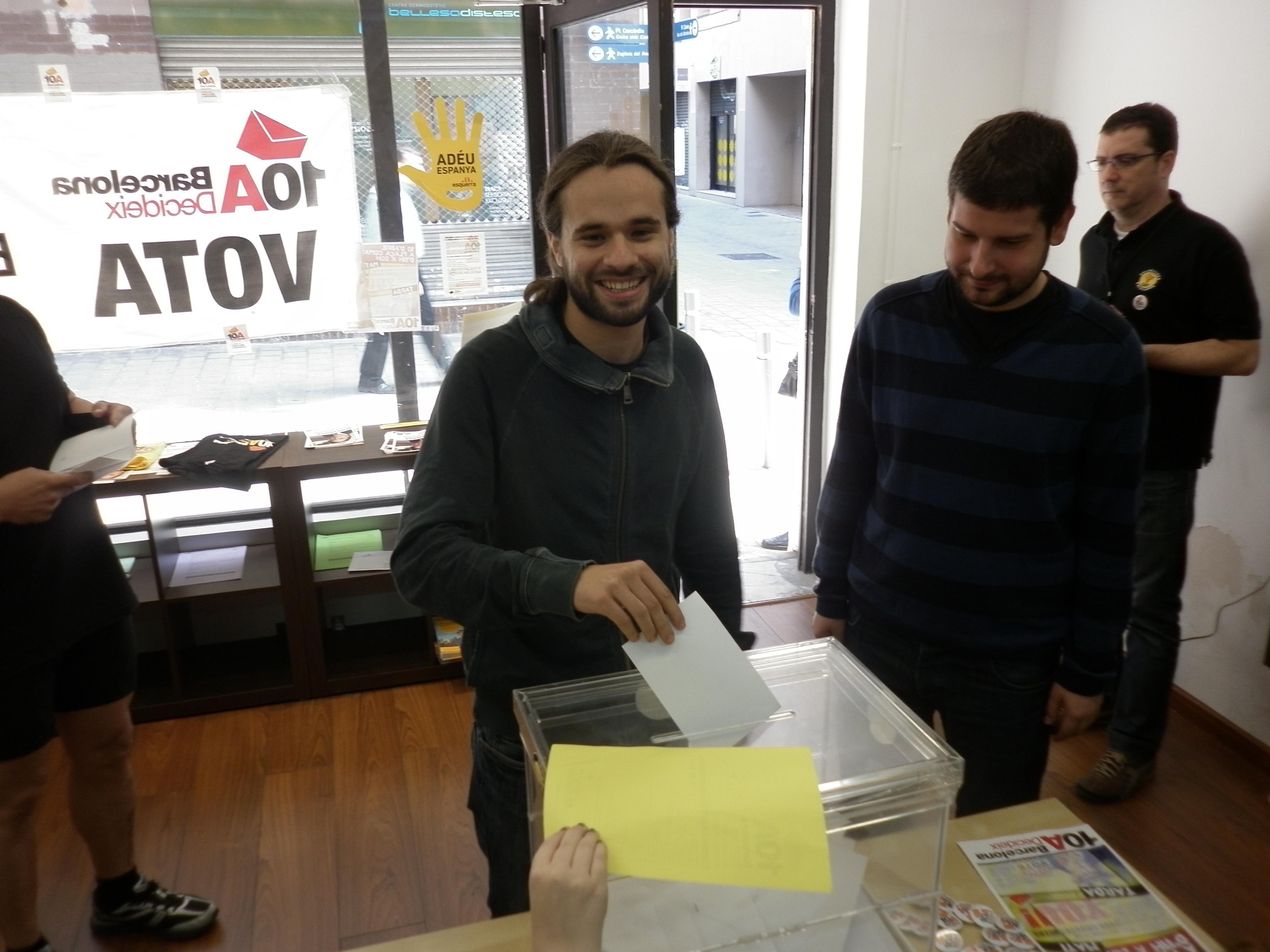 Gerard Gómez del Moral i Jordi Castellana -de dreta a esquerra- votant a la consulta