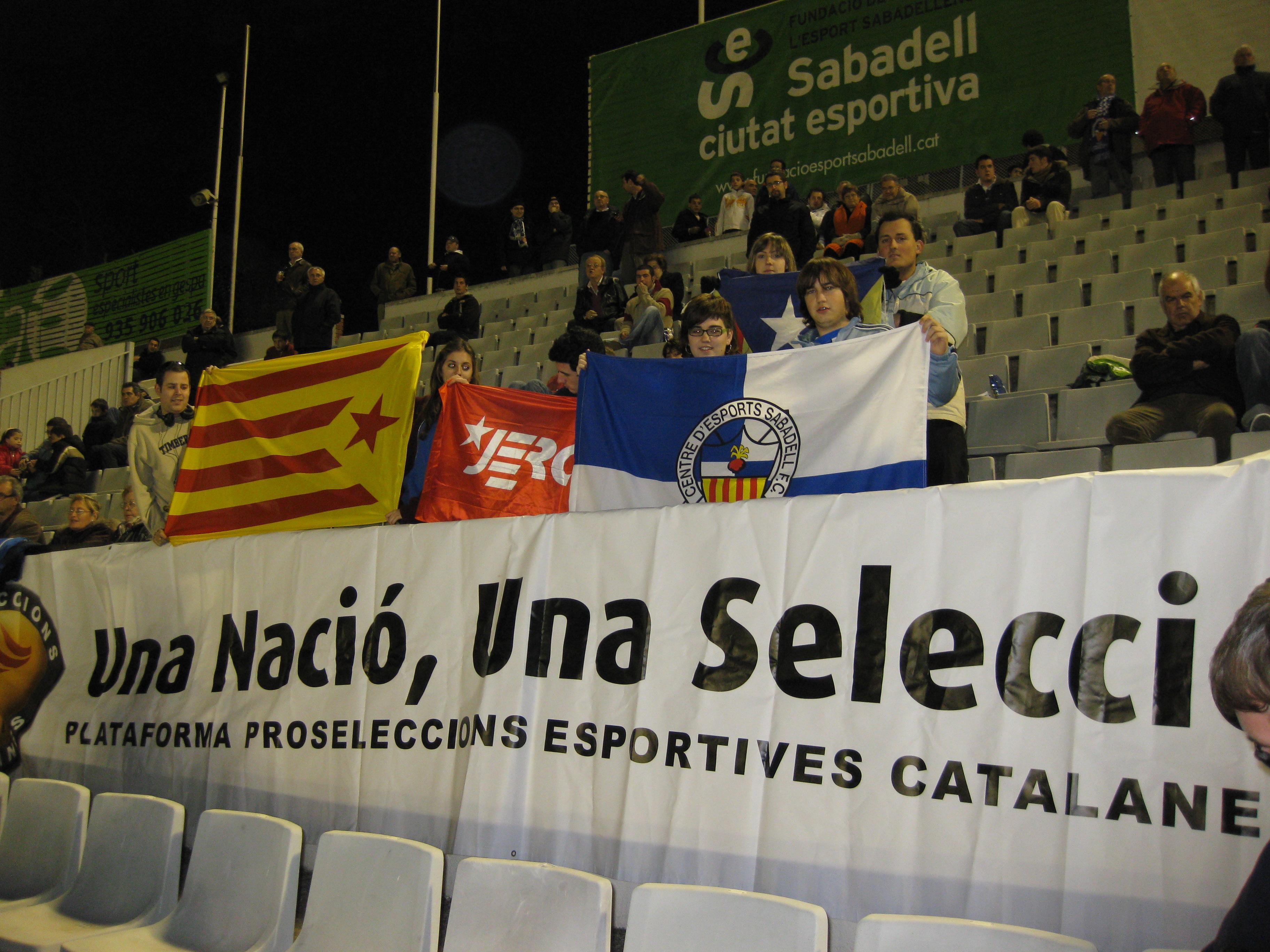 A la Nova Creu Alta reivindicant l'oficialitat de les Seleccions Catalanes.