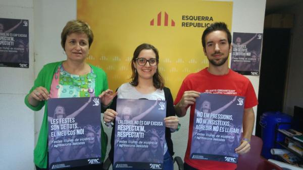 Anna Simó, Gina Driéguez i Aniol Costa amb els tres cartells de la campanya