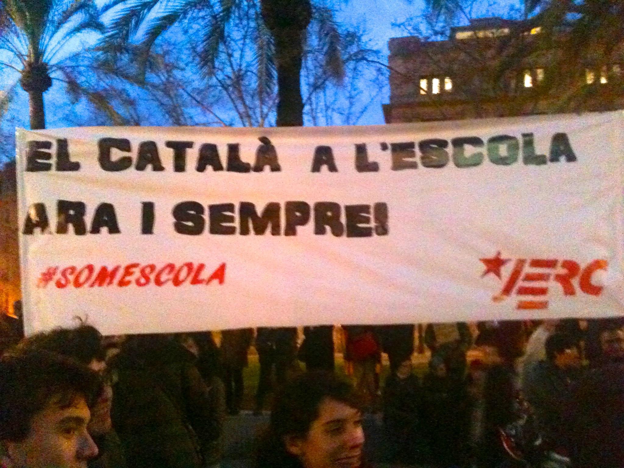 Pancarta de les JERC a la concentració de Barcelona
